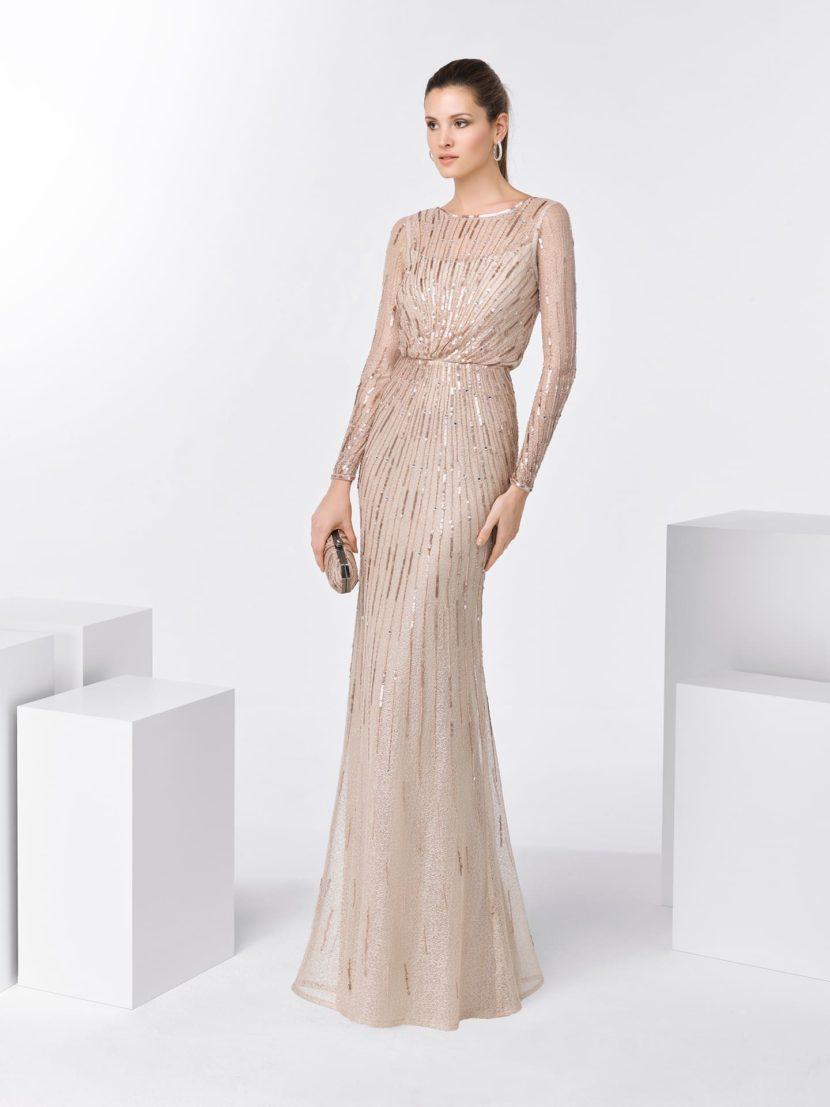 Бежевое вечернее платье прямого кроя с длинным рукавом и закрытым лифом.