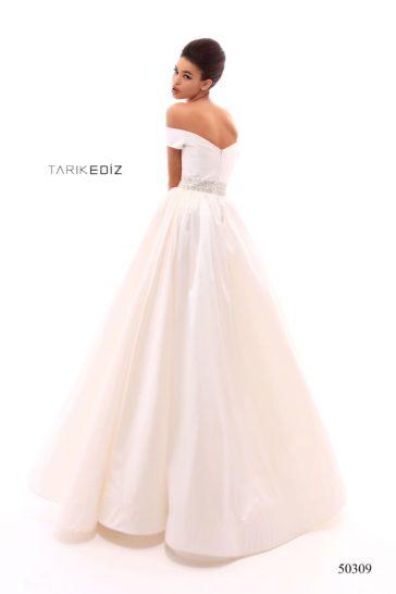 Белое вечернее платье с двойной юбкой и широким сияющим поясом.
