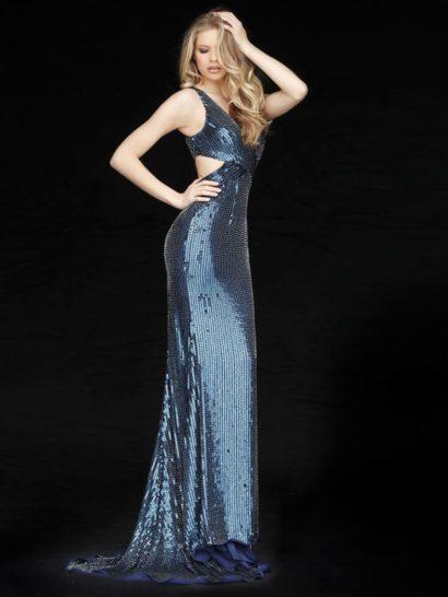 Изысканные переливы света на пайетках наполняют темно-синее вечернее платье особенной красотой. Прямой силуэт дополнен выразительным шлейфом.   Оригинальный крой верха с вырезом на уровне талии на спинке придает образу эффектную индивидуальность. Небольшой V-образный вырез лифа обрамлен симметричными узкими бретелями.