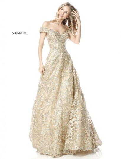 Золотистое вечернее платье пышного кроя с открытым лифом на бретелях.