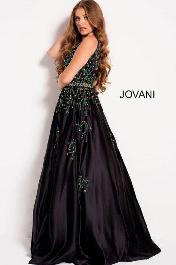 Черное вечернее платье с пышной юбкой и бисерной отделкой.