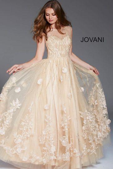 Пудровое вечернее платье прямого кроя с объемной отделкой и вышивкой.