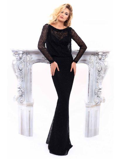 Для поклонниц женственной классики – облегающее вечернее платье черного цвета с юбкой длиной в пол. Изящный лиф в форме «сердечка» на тонких бретелях покрыт кружевной тканью. Она создает вырез «лодочкой» и длинные рукава прямого кроя. Кружево покрывает и облегающую юбку по всей длине, наполняя торжественный образ особенной изысканностью.