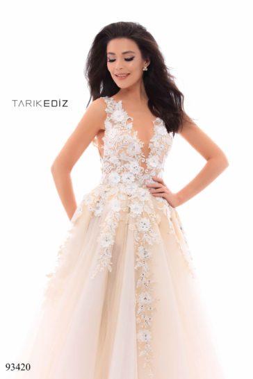 Кремовое вечернее платье пышного силуэта с отделкой аппликациями.