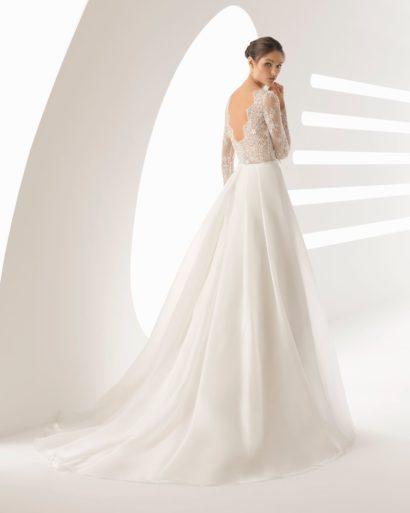 Свадебное платье «принцесса» с кружевным декором верха и узким поясом.