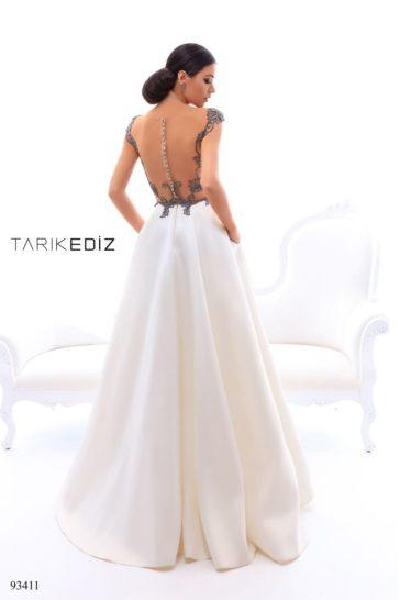 Пышное вечернее платье с белой юбкой и серебристым корсетом.