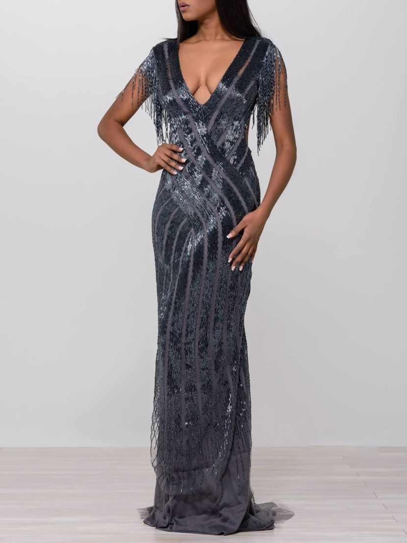 Сияющее вечернее платье облегающего кроя с V-образным вырезом.
