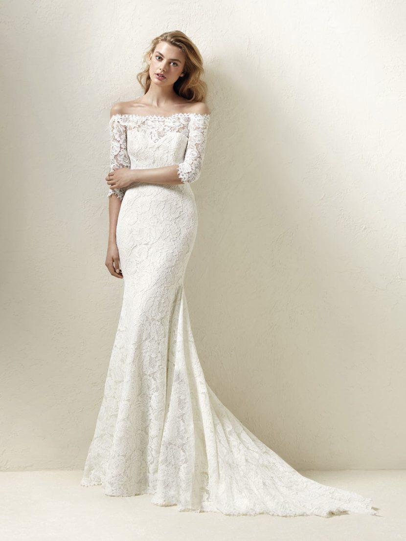Свадебное платье с портретным декольте и силуэтом «рыбка».