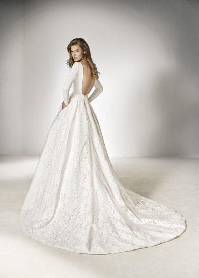 Минималистичное свадебное платье пышного силуэта с длинным рукавом.