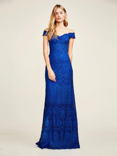 Элегантное вечернее платье с кружевной отделкой по всей длине привлекает внимание притягательным портретным декольте, дополненным утонченными рукавами-крылышками. Насыщенный синий оттенок служит дополнительным украшением образа. Полупрозрачная, едва заметная ткань удерживает спущенные с плеч широкие бретели на месте. По всей длине вечернее платье дополнено подкладкой.