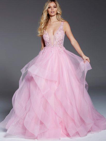 Розовое вечернее платье выглядит невероятно романтично благодаря пышному силуэту со сложными волнами оборок по подолу длиной в пол. Облегающий верх впечатляет глубоким вырезом, оформленным полупрозрачной тканью. На спинке – не менее притягательное декольте. В роли отделки лифа используется деликатная бисерная вышивка.