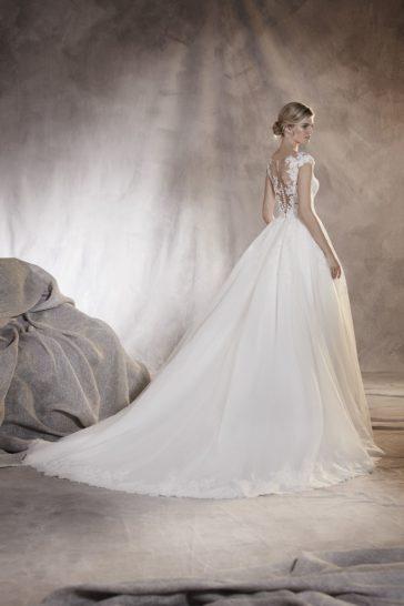 Пышное свадебное платье с кружевным декором и прозрачной спиной.
