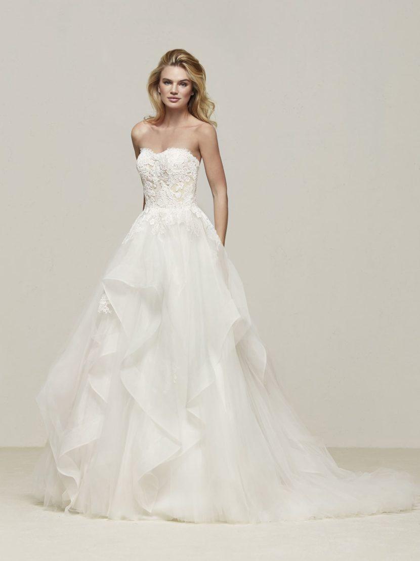 Пышное свадебное платье с оборками по подолу со шлейфом.