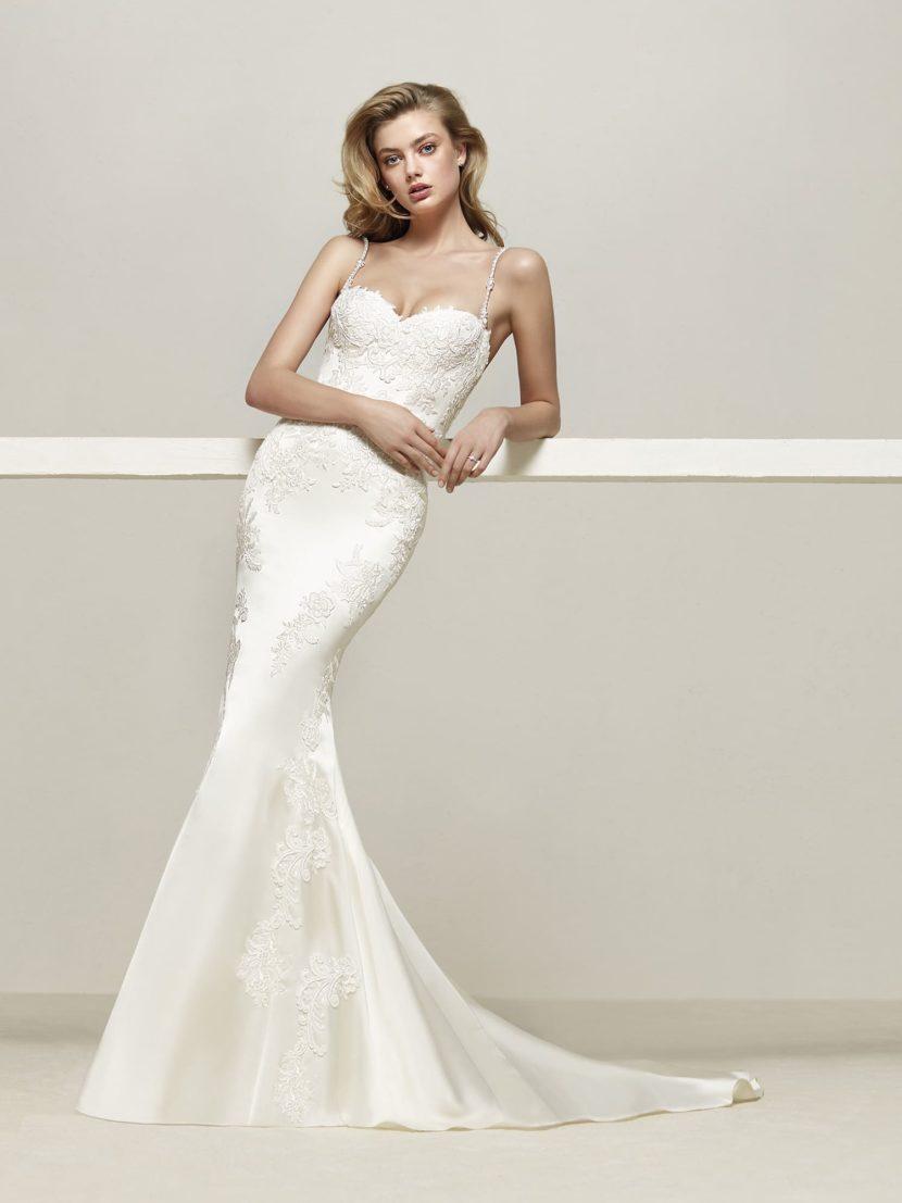 Облегающее свадебное платье с открытым верхом и длинным шлейфом.