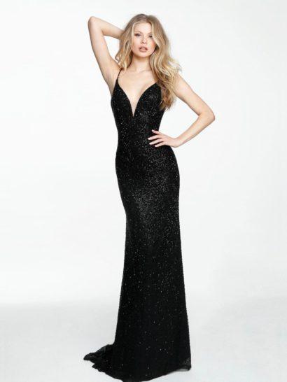 Прямое вечернее платье позволяет создать удивительно эффектный силуэт – секрет в драматичном черном цвете наряда, подчеркнутом сияющей бисерной отделкой по всей длине. Лаконичные линии образа дополняет смелый глубокий вырез «сердечком», дополненный бретельками-спагетти. Красивую юбку длиной в пол завершает небольшой шлейф.