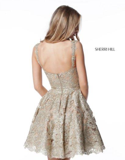 Золотистое вечернее платье с короткой юбкой и лифом на бретельках.