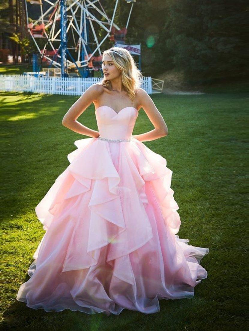 Розовое вечернее платье бального кроя с открытым лифом и оборками.