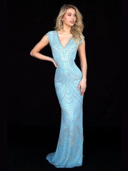 Изысканное вечернее платье голубого цвета прекрасно подчеркивает фигуру облегающей юбкой с небольшим шлейфом сзади. По всей длине яркую ткань покрывает чарующий рисунок, созданный бисерной вышивкой и пайетками. Расставить акценты в силуэте позволяет не только юбка, но и глубокий V-образный вырез с широкими бретелями. На спинке располагается драматичный вырез «замочная скважина».