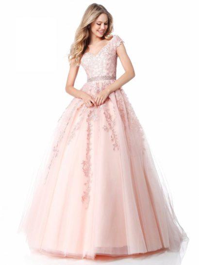 Роскошное вечернее платье с бальной юбкой из тюля, выполненное в нежном розовом цвете. Соблазнительный корсет со спущенными с плеч бретелями декорирован кружевными аппликациями. Выделить линию талии позволяет широкий пояс с бисерной отделкой. Деликатные аппликации спускаются и по верху подола, подчеркивая его чарующую пышность.