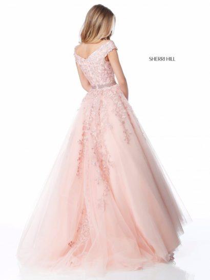 Розовое вечернее платье бального силуэта с кружевным декором.
