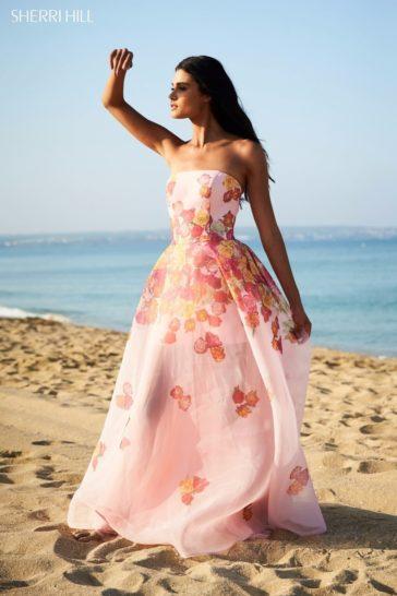Открытое вечернее платье из розовой органзы с цветочным рисунком.