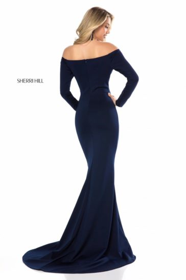 Темно-синее вечернее платье «русалка» с длинным облегающим рукавом.