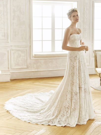 Деликатность, нежность и женственность воплощены в свадебном платье «принцесса», полностью покрытом слоем кружева с выразительным цветочным мотивом. Лаконичный фигурный лиф в форме сердца стильно сочетается с открытой спинкой. Элегантный и классический силуэт дополняется сзади потрясающим длинным шлейфом, спускающимся от самой линии талии.