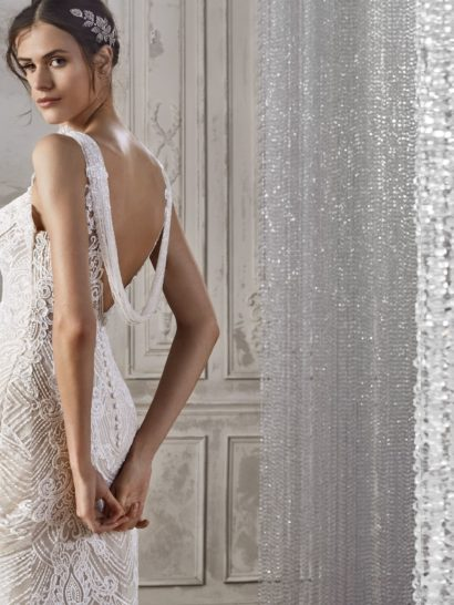 Свадебное платье «русалка» с открытой спиной и кружевом по всей длине.